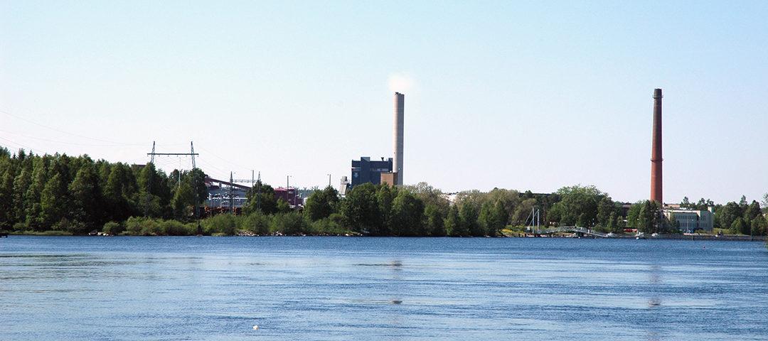 Lämpövoimalaitos sijaitsee Kajaaninjoen rannalla.