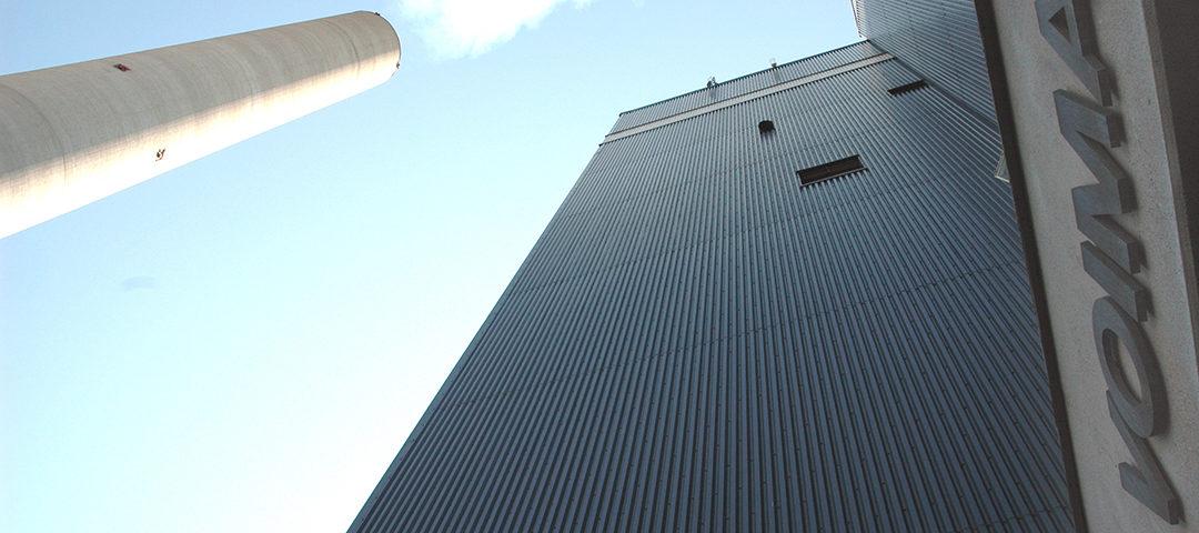 Puhdistetut savukaasut johdetaan ilmaan 100 metriä korkean piipun kautta.