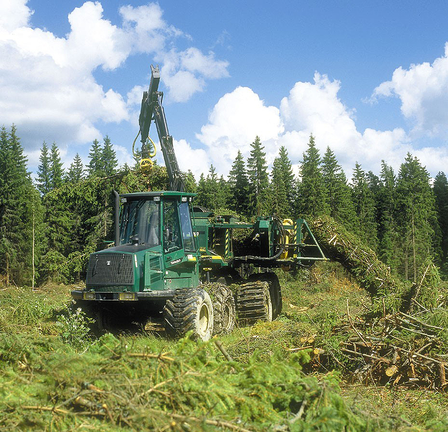Oksista, latvuksista ja pienpuusta valmistuu ns. risutukkeja. Metsien bioenergia siirtyy voimalaitokselle. Laitospäässä risutukki murskataan hakkeeksi ja käytetään polttoaineena.