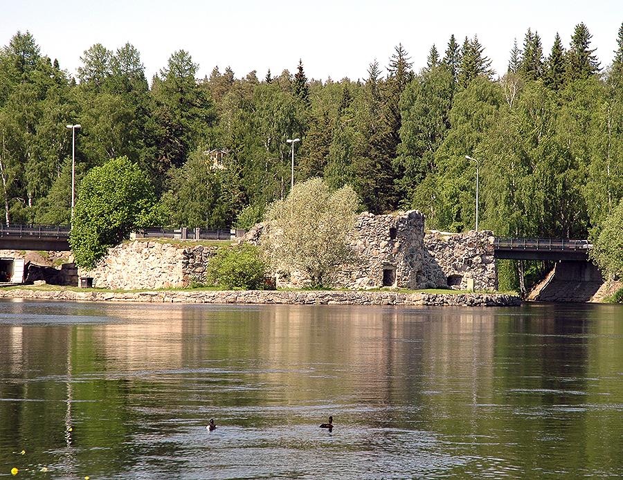 Kajaaninjoella on takanaan vaiherikas historia ja se on ranta-alueineen kehittynyt arvokkaaksi osaksi Kajaanin kaupunkia. Joki muodostaa Sotkamon reitin purkuväylän Oulujärveen. Luonnontilassa Nuasjärven ja Oulujärven noin 15 metrin korkeusero tasoittui noin kolmen kilometrin matkalla olevissa koskissa.